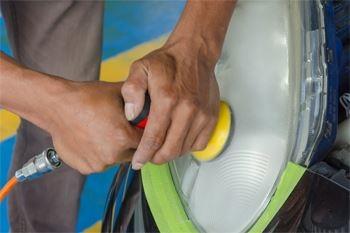 La rénovation de vos 2 phares de voiture par un professionnel expérimenté