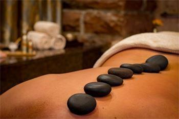 Un rituel décontractant aux pierres chaudes complété par un massage crânien très relaxant