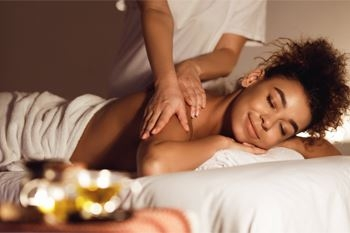 Un massage californien tout entier du corps, la détente et la douceur par excellence