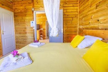 Deshaies – Séjour 2 à 4 Nuits /5 Pers. à partir de 119.70€ /Nuit en bungalow de 50 m2 avec 2 repas dans un restaurant créole en bord de mer