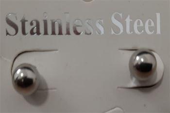 Des Piercings oreilles argentés de surface lisse et brillante