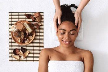 Un forfait soin spécial cheveux pour femme avec massage du cuir chevelu et brushing