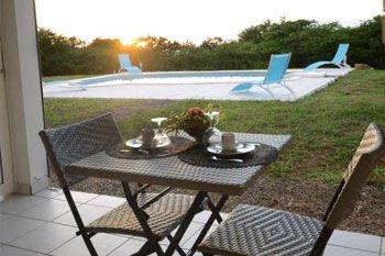 Deshaies – Un séjour 3 nuits /4 pers avec plage privée et piscine dans 2 Studios Prestiges pour 2 couples ou 2 adultes + 2 ados à 140.67€ / Nuit